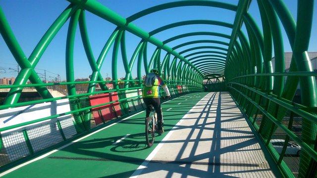 Abierta al fin la nueva pasarela ciclista de la SE-30