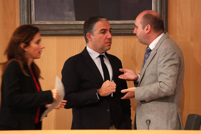 Diputación Bendodo conversa con portavoz del PSOE francisco conejo pleno