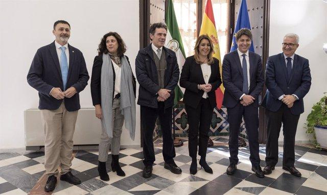 El presidente de Sociedad Civil Catalana, en el centro, junto a Susana Díaz