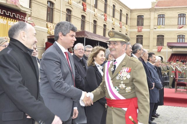 El teniente general José Carrasco saluda a las autoridades civiles.