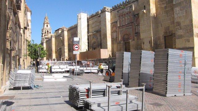 Montaje de palcos de Semana Santa en el entorno de la Mezquita de Córdoba