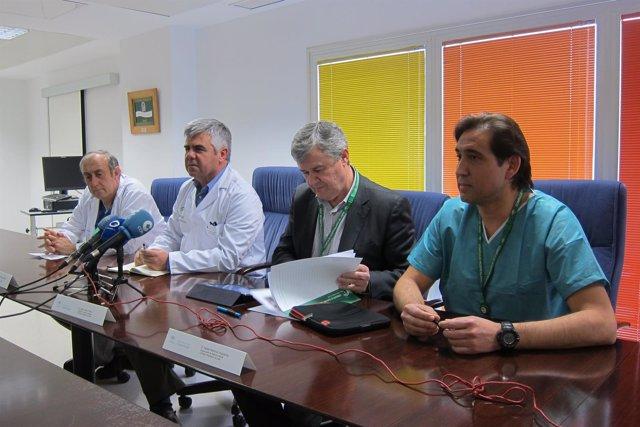 El gerente del Complejo Hospitalario, José Luis Salcedo (2i), en rueda de prensa