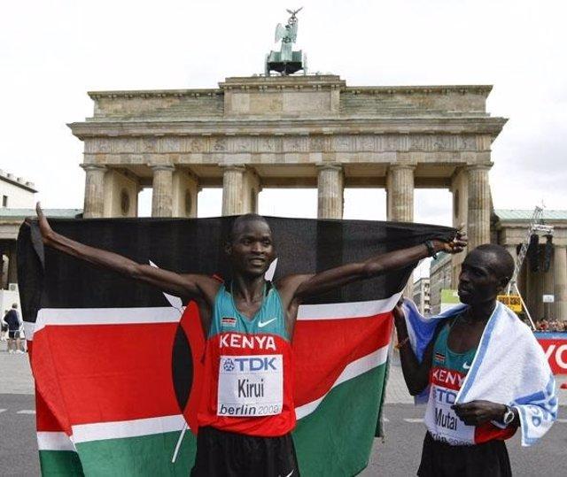 El atleta keniata Abel Kirui gana la maratón de Berlín