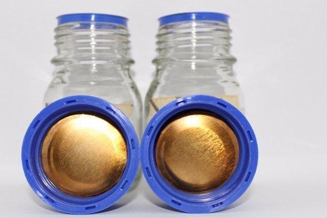 Trozo circular de hojalata recubierto con el polímero obtenido a partir de piel