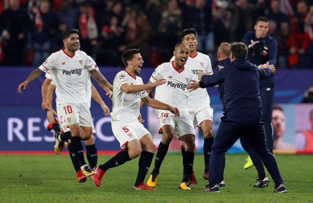 El Sevilla celebra el empate ante el Liverpool