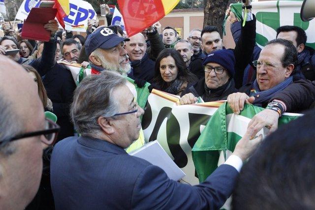 Zoido se acerca a los manifestantes para la equiparación salarial