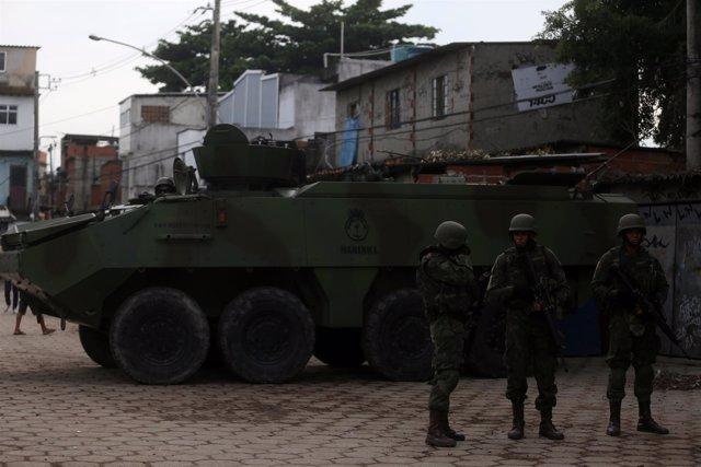 Militares brasileño patrullan la favela Kelson, en Río de Janeiro