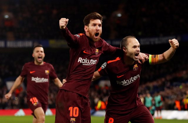 Messi e Iniesta se abrazan en Stamford Bridge
