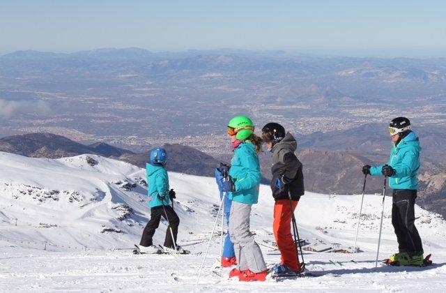 Esquiadores en Sierra Nevada
