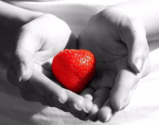 Corazón, manos fresa