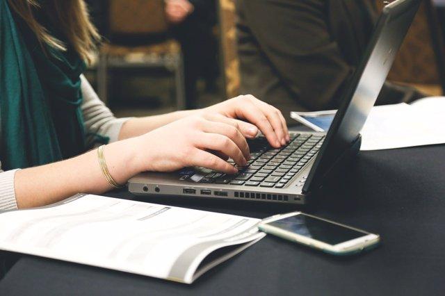 Chica escribiendo en el ordenador