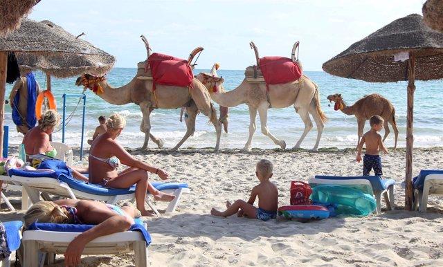 Varios turistas se relajan en la playa de Yerba.
