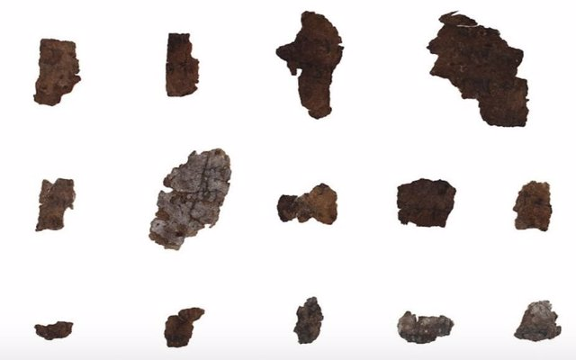 Fragmentos de los rollos antes de su restauración