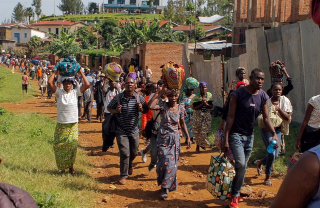 Refugiados congoleños marchan en señal de protesta por las condiciones en Ruanda
