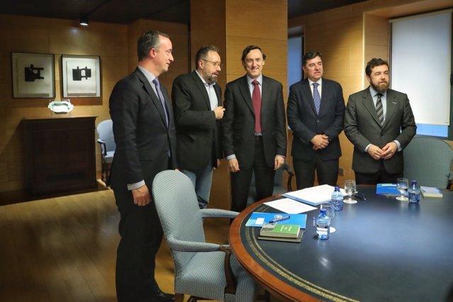 Rafael Hernando y Juan Carlos Girauta, en la reunión de PP y CIudadanos