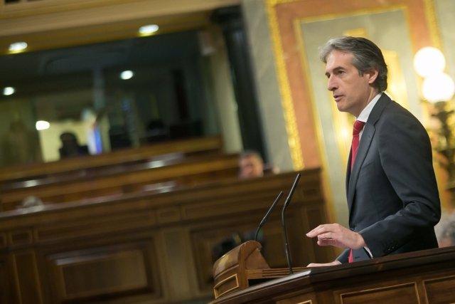 El ministro de Fomento, Íñigo de la Serna, en la tribuna del Congreso
