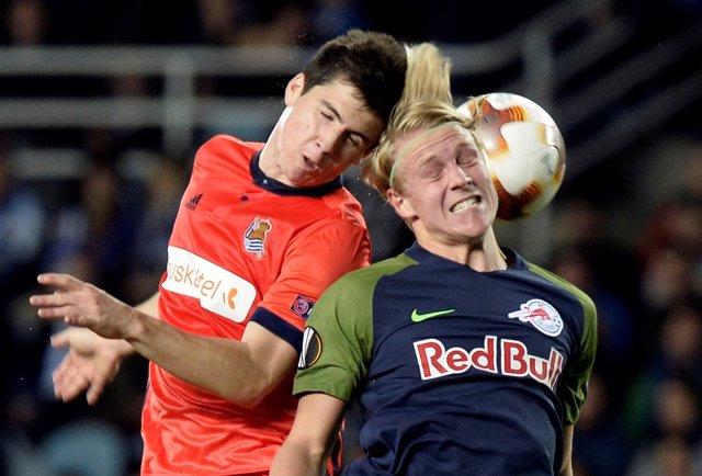 Zubeldia ante Xaver Schlager en el partido entre Real Sociedad y Salzburgo