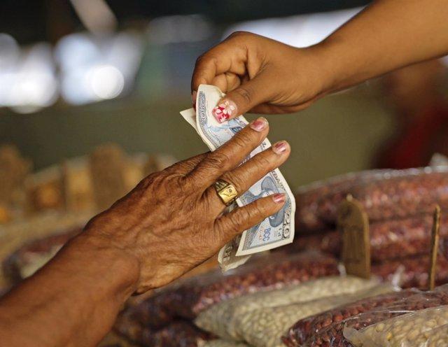 Pago en pesos en un mercado de La Habana
