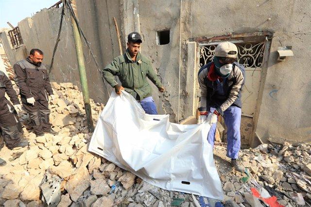 Cuerpos sacados de los escombros en la Ciudad Vieja de Mosul