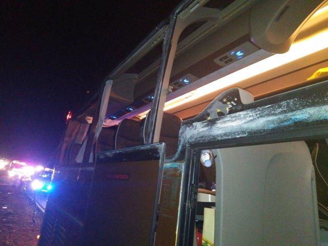 Bus siniestrado tras chocar con un camión en Villagordo