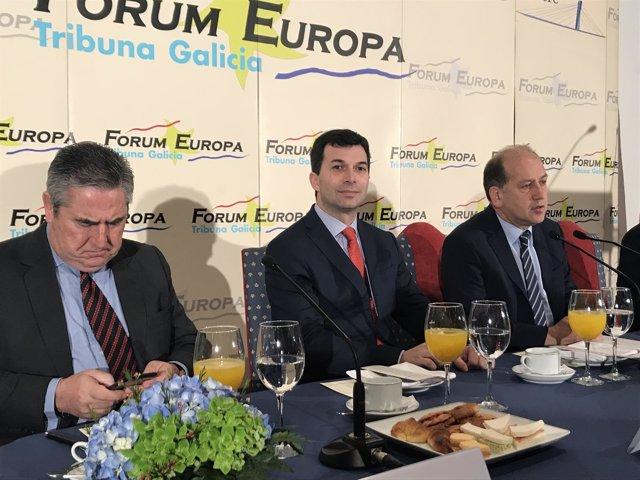 El líder del PSdeG, Gonzalo Caballero, con Leiceaga en los desayunos