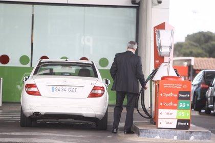 El precio de gasolina y gasóleo baja esta semana hasta un 1,8% por la contención del crudo