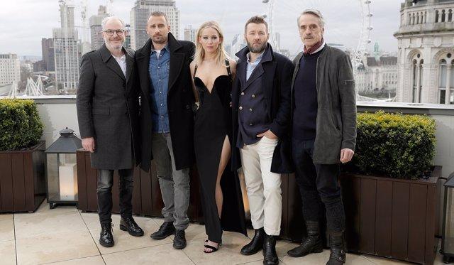 Jennifer Lawrence junto a sus compañeros y el director de Gorrión Rojo