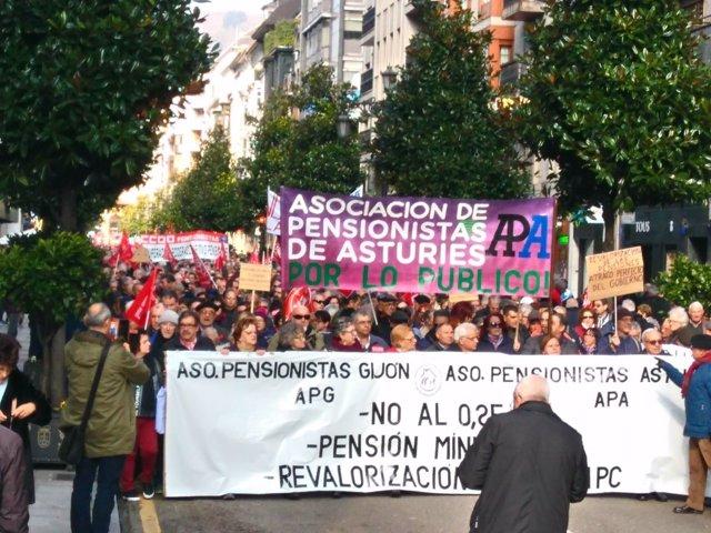 Más de 4.500 personas se movilizan en Oviedo para reclamar pensiones dignas