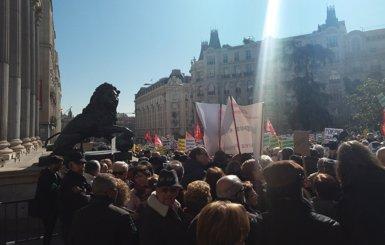 """Un miler de jubilats tallen el trànsit davant el Congrés per demanar """"pensions dignes"""" (EUROPA PRESS)"""