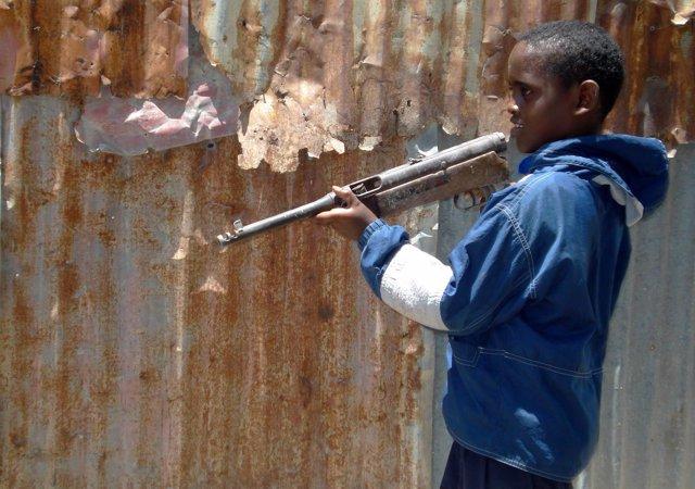 Foto de archivo de un niño con un arma en Mogadiscio