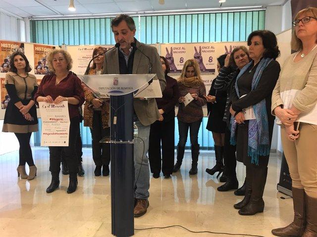 Ángel Escobar, junto a personal de Igualdad, presentando los actos del 8M.