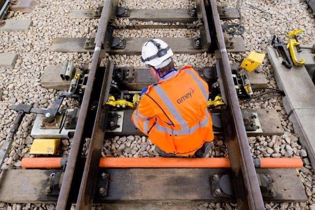 Trabajador de Amey (Ferrovial) en obras ferroviarias