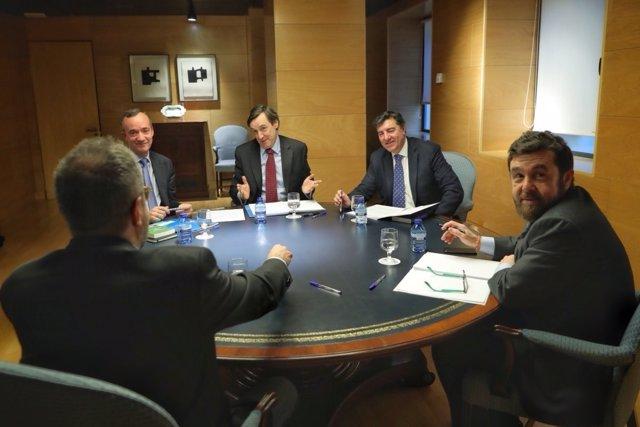 Rafael Hernando y Juan Carlos Girauta en la reunión entre PP y Ciudadanos