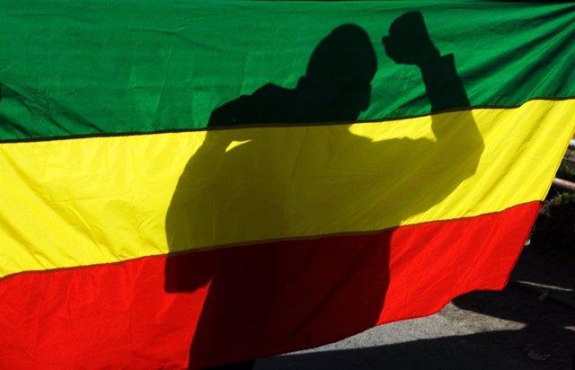 La sombra de un partidario de la oposición a través de una bandera de Etiopía