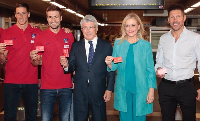 Cerezo, junto a Simeone, Torres, Gabi y Cifuentes