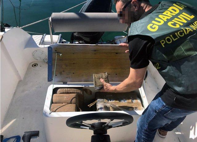 La Guardia Civil se incauta de más de 800 kilos de hachís en una embarcación