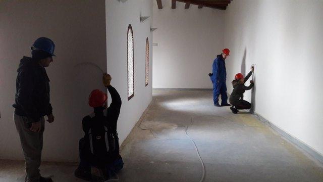 Alumnos del taller de empleo trabajando en Veruela