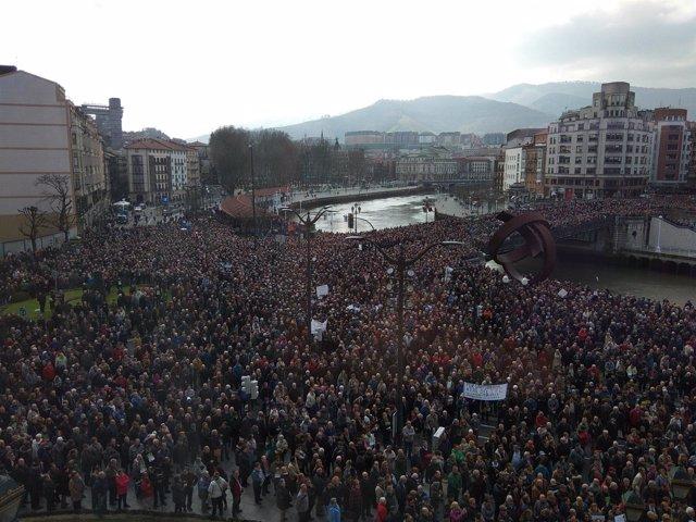 Los pensionistas llenan el entorno del Ayuntamiento de Bilbao