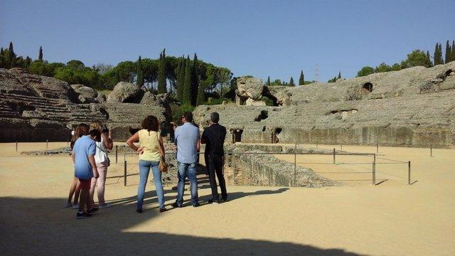 Turistas en Itálica