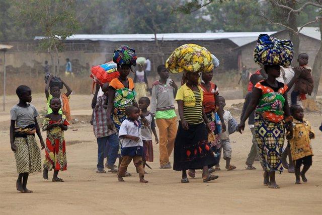 Refugiados congoleños llegan a Ntoroko, en Uganda