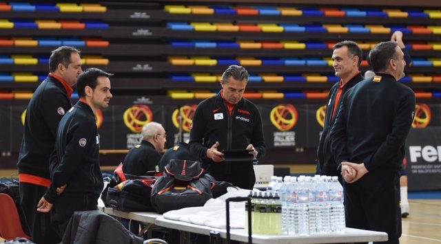 Sergio Scariolo y su cuerpo técnico con la selección española