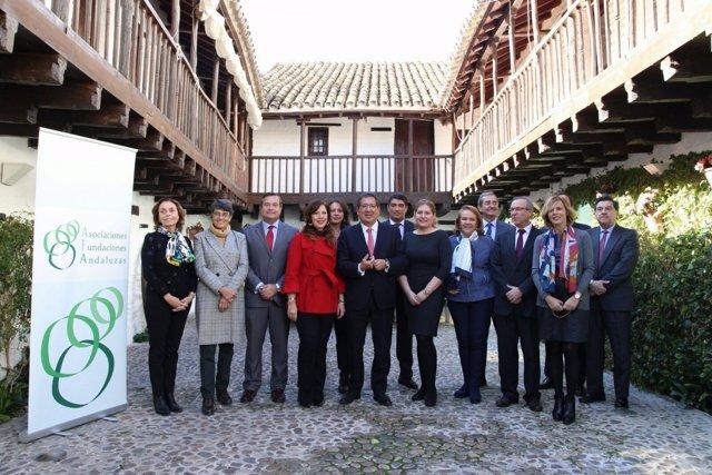 Pulido (centro) con la junta directiva de AFA
