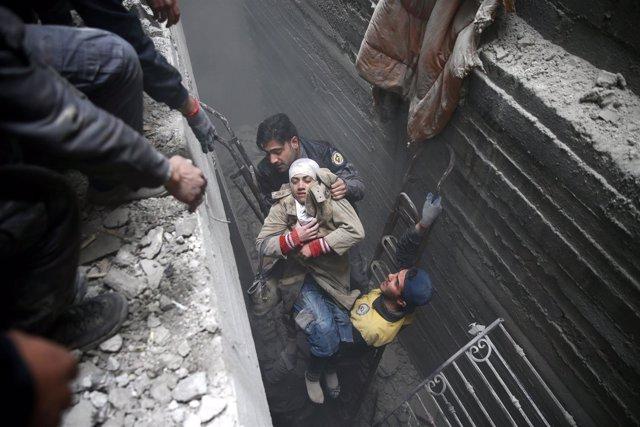 Cascos blancos rescatan a una mujer de un bombardeo en Ghuta Oriental
