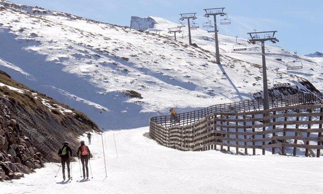 Esquiadores de montaña en Sierra Nevada