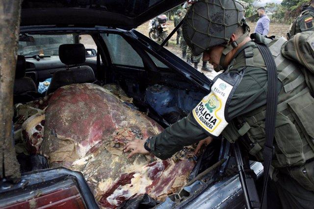Un policía colombiano registra en coche en la frontera con Venezuela