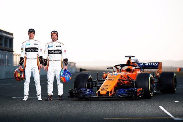 Fernando Alonso y Stoffel Vandoorne con el nuevo MCL33 de McLaren