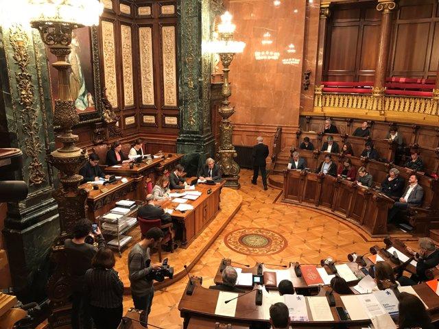 Ple de l'Ajuntament de Barcelona presidit per  Ada Colau