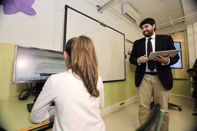 López Miras presenta el proyecto 'Escuelas Conectadas' a un CEIP de Lobosillo