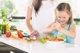 ¿Quieres que tus  hijos coman más verduras? Hazlos participar en la cocina