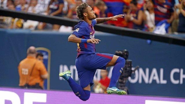 Neymar marca con el Barcelona